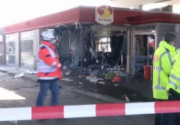 Kleinlaster rast in Tankstelle