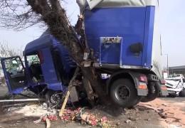 Schwerer LKW-Unfall verursacht Trümmerfeld
