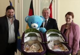 Hessens Ministerpräsident Volker Bouffier trift auf 300. Drillings-Familie