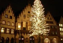 Der höchste Weihnachtsbaum Deutschlands steht in Frankfurt