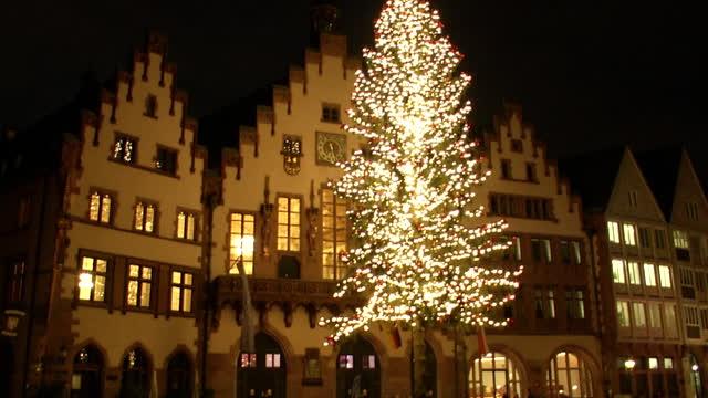 der h chste weihnachtsbaum deutschlands steht in frankfurt. Black Bedroom Furniture Sets. Home Design Ideas