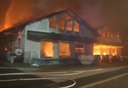 Großbrand durch Silvesterrakete – Industriehalle brennt in Nordhessen nieder