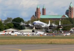 Oldtimer-Flieger landet in Speyer