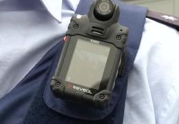 Achtung Kamera am Polizist