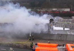 Altpapierlager brennt