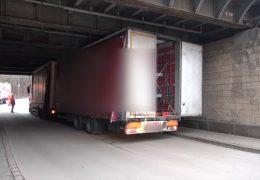 LKW unter Brücke festgefahren