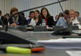 Ministerin Anne Spiegel steht Ausschuss Rede und Antwort
