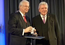 Roland Koch erhält Leuschner-Medaille