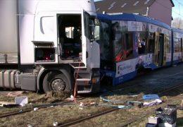Unfall zwischen LKW und Straßenbahn in Kassel