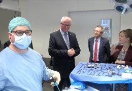 Finanzminister besucht medizinisches Lernzentrum