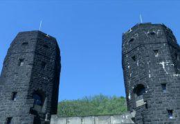 Die Türme der historischen Remagener Brücke stehen zum Verkauf