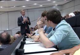 Christian Lindner diskutiert mit Studenten in Darmstadt