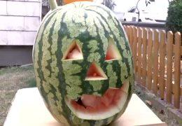 Riesenmelone statt Kürbis zu Halloween