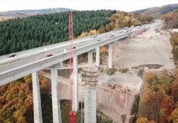 Neue Autobahnbrücken mit Spuren