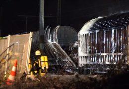 Güterwagon mit Spraydosen in Brand