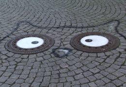 Street Art auf dem Kanaldeckel