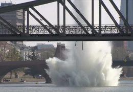 Weltkriegsbombe sorgt für Wasserfontäne