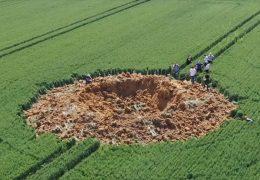 Weltkriegsbombe reißt riesigen Krater