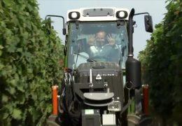 Ein teilautonomer Traktor im Weinberg