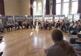 Kultusminister Lorz diskutiert mit Schülern über Mauerfall