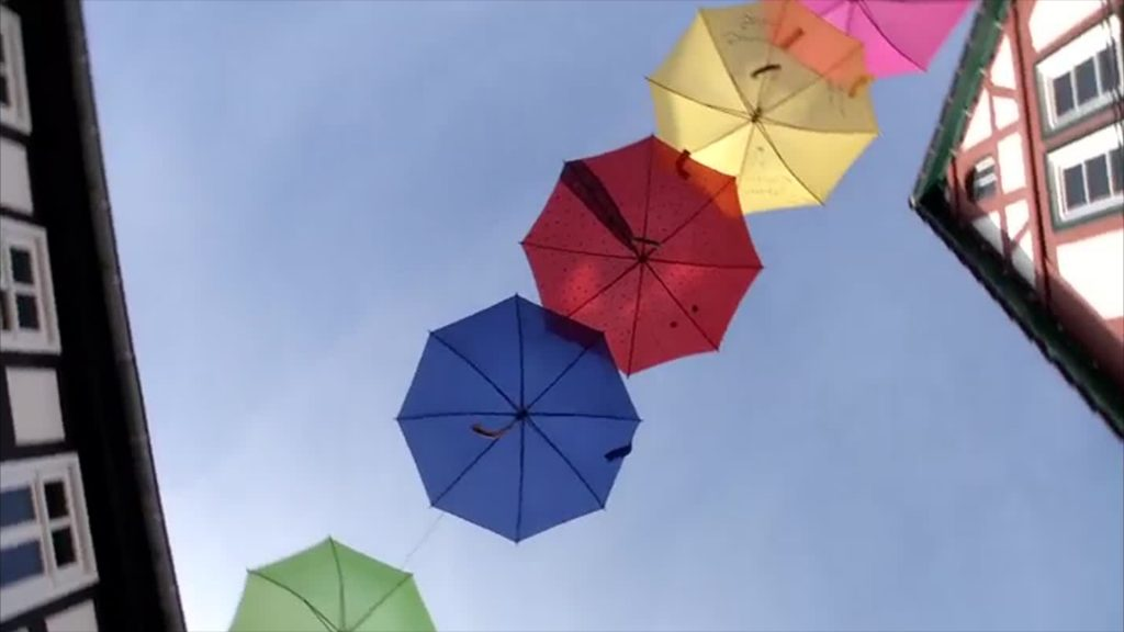 Bunte Schirme für den guten Zweck