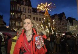 Deutschlands einzige Glühweinkönigin schenkt in Trier aus
