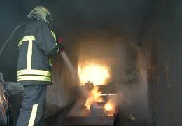Brennende E-Autos machen Feuerwehrwehren Probleme