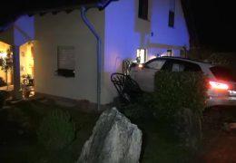 Auto rast in Wohnhaus und landet in der Küche