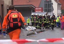Auto rast in Rosenmontagszug in Volkmarsen