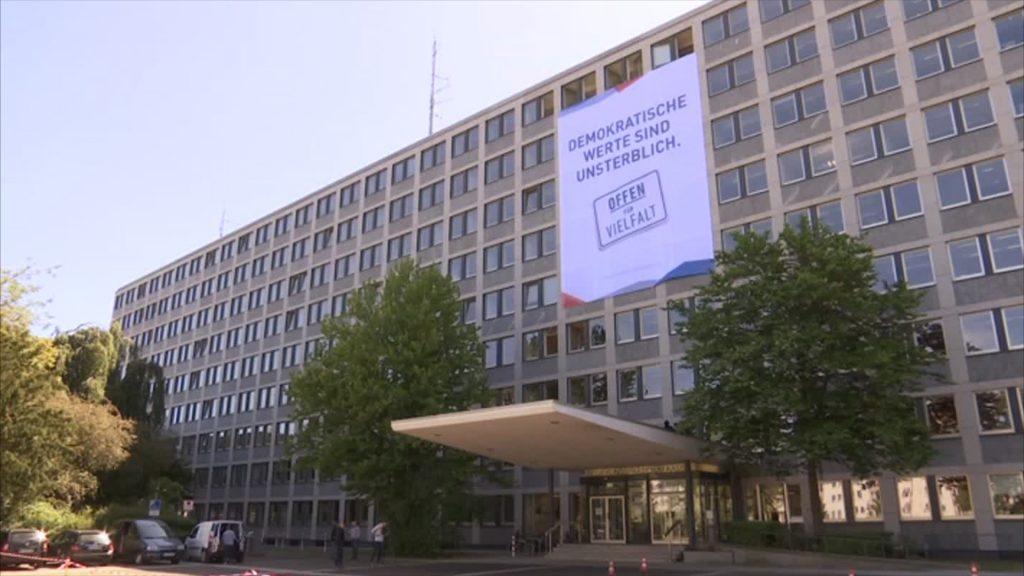 Gedenken an Walter Lübcke: Banner an Regierungspräsidium