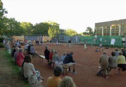 Freilufttheater auf dem Tennisplatz