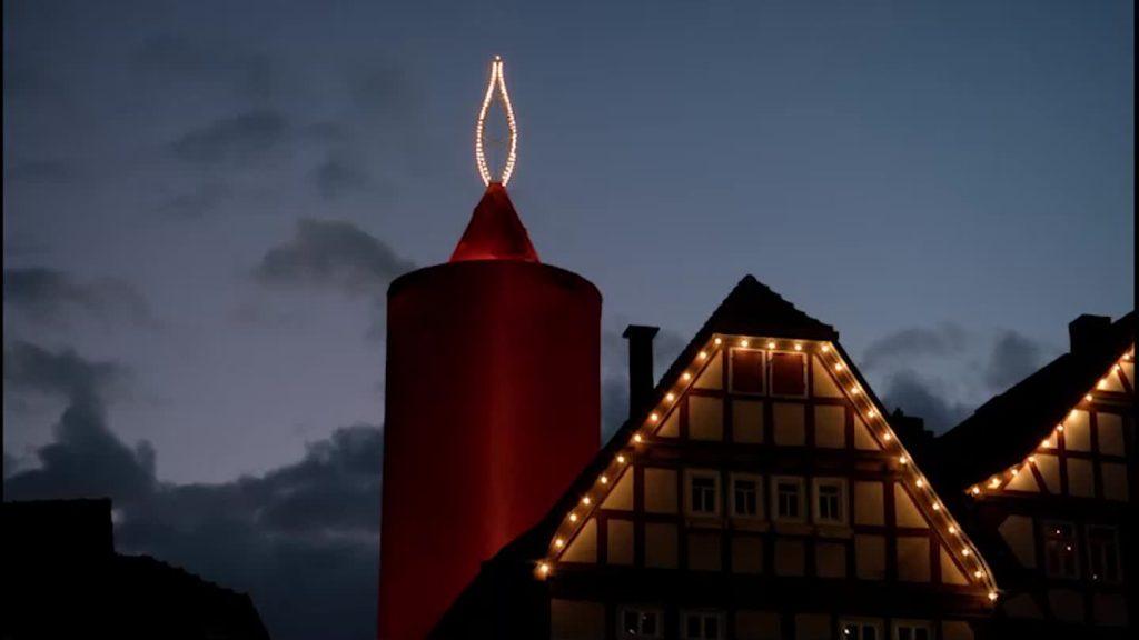 Der 17:30-Adventskalender: Die größte Kerze der Welt steht in Schlitz