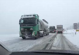 Schnee legt in weiten Teilen den Verkehr lahm