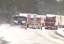Schnee und Eis führen zu Verkehrschaos