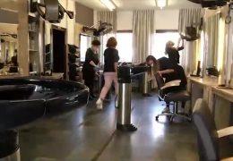 Friseure bereiten sich am den Ansturm der Kunden vor