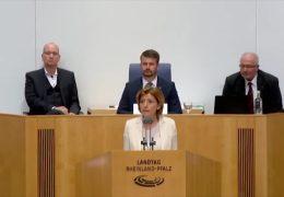 Malu Dreyer nimmt vor dem Landtag Stellung