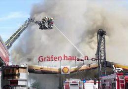 Fahrzeug kracht in Zapfsäule: Tankstelle auf der A5 steht in Flammen